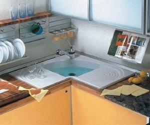 Угловая мойка для маленькой кухни
