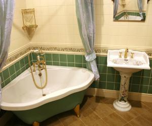 Угловая чугунная ванна – особенности и виды